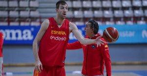 Sergio Scariolo y Fran Vázquez, en el entrenamiento de la selección en Tenerife