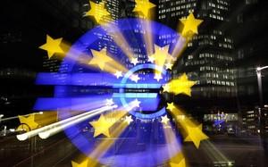 Símbolo del euro iluminado, ante la sede del Banco Central Europeo en Fráncfort.