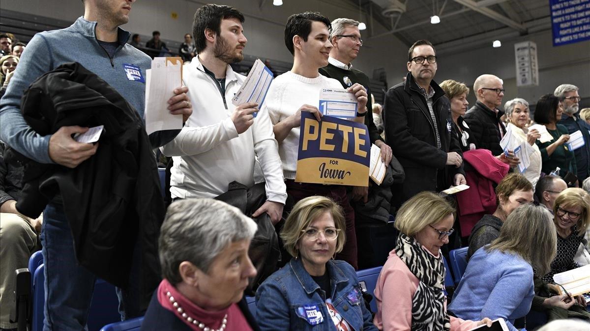 Simpatizantes de Pete Buttiegieg muestran su papeleta en apoyo al candidato demócrata, el lunes en Des Moines.