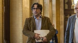 El socialista David Pérez, secretario de la Mesa del Parlament, se dirige a la reunión del órgano, este miércoles.
