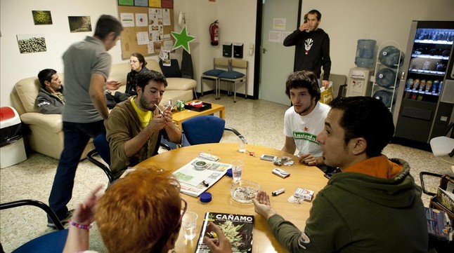 Socis del club Fumadors de marihuana maca fumen cànnabis.