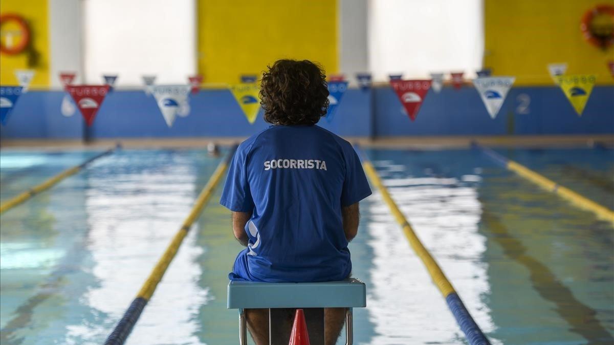Un socorrista, en una piscina catalana, esta semana.
