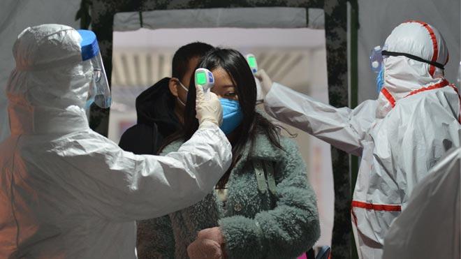 Ya son 132 fallecidos y casi 6.000 casos confirmados por el coronavirus en China. En la foto, un control de temperatura corporal a la salida de una estación de tren.