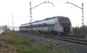 Un tren de Rodalies a su paso por Mataró.