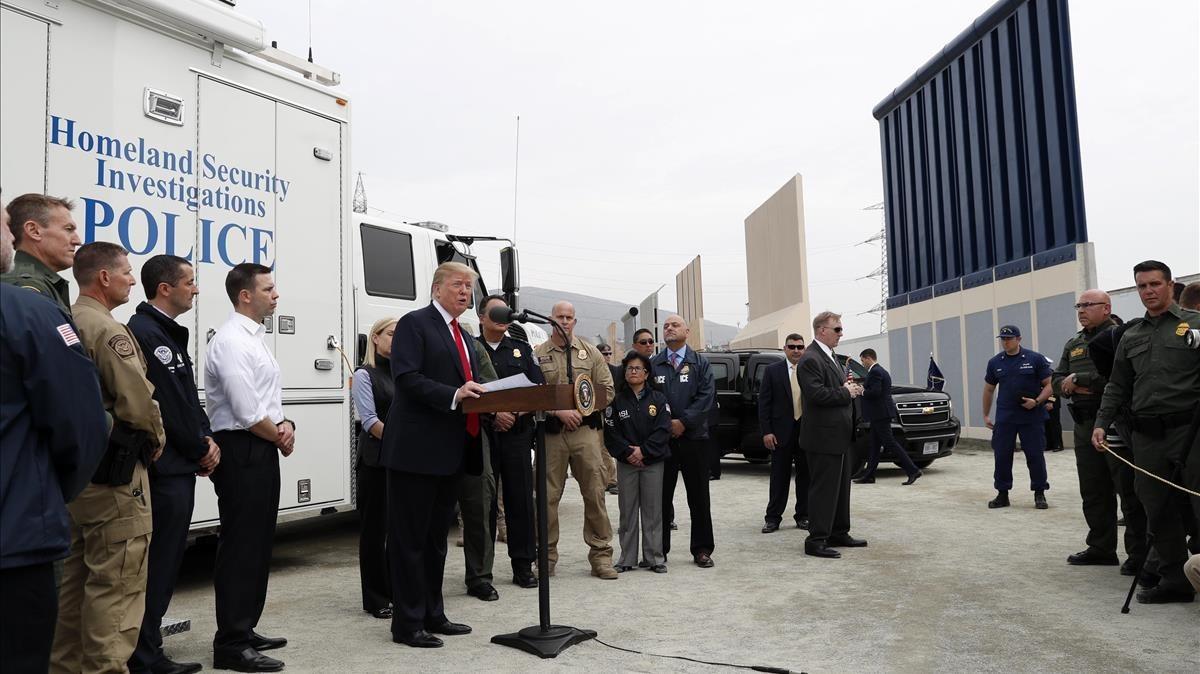 Trump pronuncia unas palabras durante la visita a los prototipos diseñados para la construcción del muro de México, en San Diego (California), el 13 de marzo.