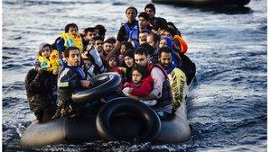 Una balsa con migrantes en el Mediterráneo.