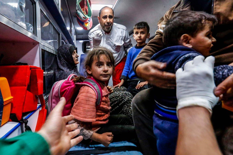 Una familia palestina espera asistencia médica frente a un hospital de Gaza.