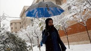 Una mujer iraní pasea por una calle nevada, en Teherán, el 28 de enero.