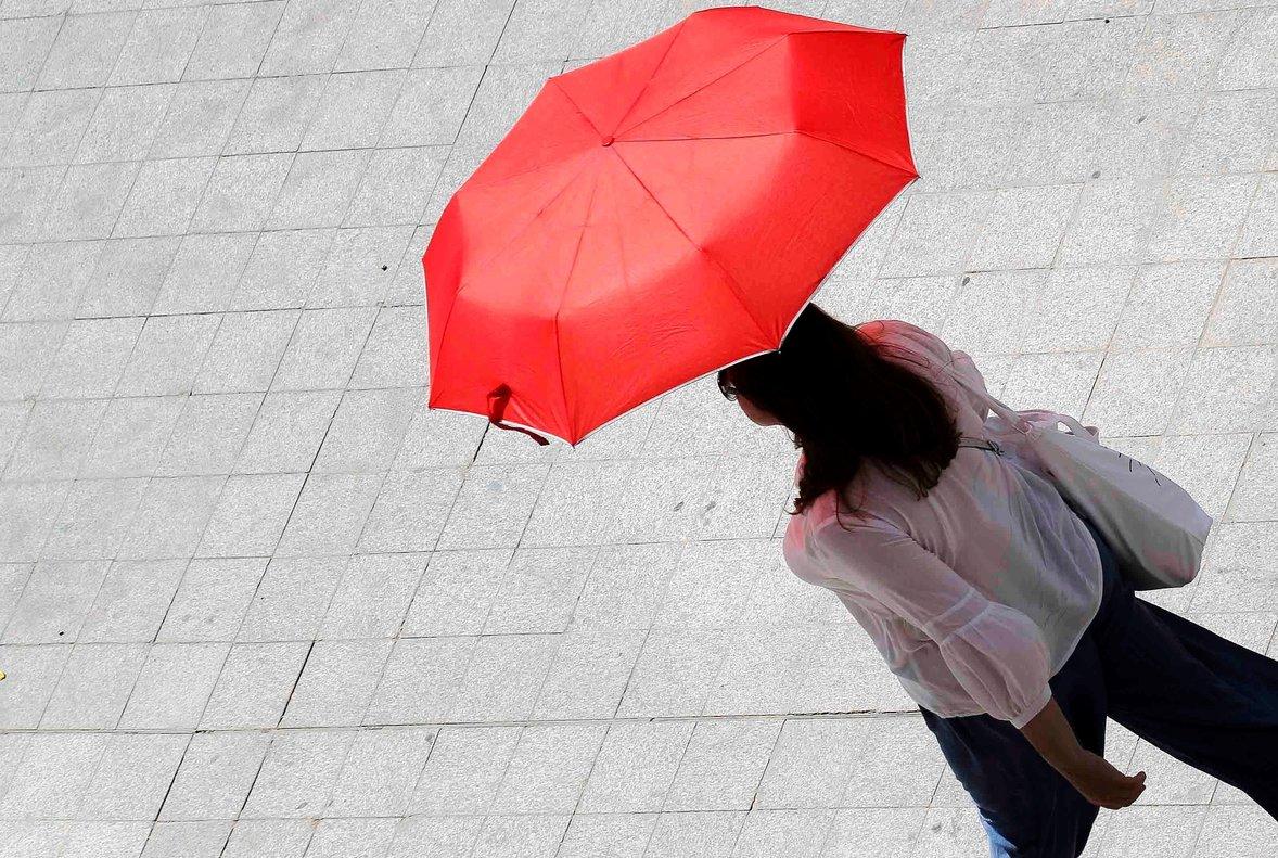 Una mujer se protege del sol y del calor.