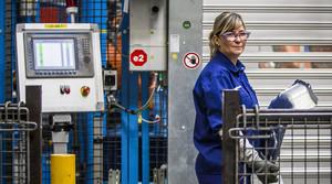 Una mujer trabajadora en la factoría de Ford, de Almusafes (Valencia)