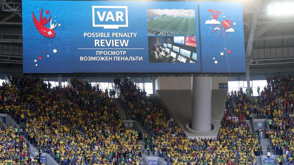 Una pantalla informa al público de la decisión arbitral gracias al VAR.