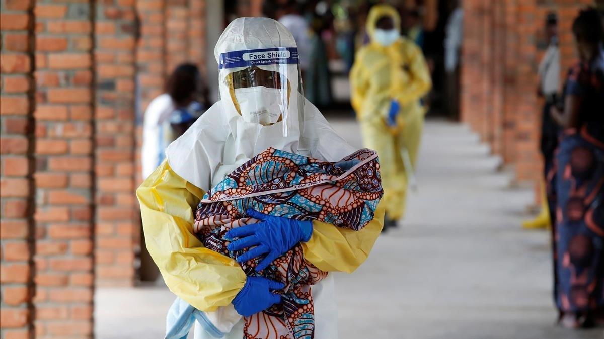 Un sanitario traslada a un bebé sospechoso de tener ébola, en la ciudad de Oicha, en la provincia de Kivu del Norte, al este de la República Democrática del Congo.