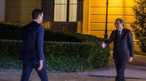 Pedro Sánchez y Quim Torra se saludan, el pasado jueves en Barcelona.