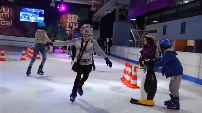 Unos niños disfrutan del patinaje en la pista de hielo de L'Hospitalet, en noviembre del año pasado.