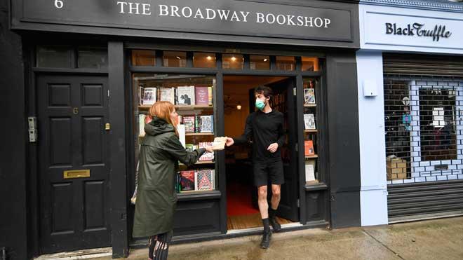 El uso de mascarillas será obligatorio en los comercios en Inglaterra. En la imagen, una librería en Londres.