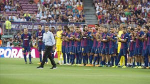 Valverde se dirige al público en la presentación del equipo antes del Gamper