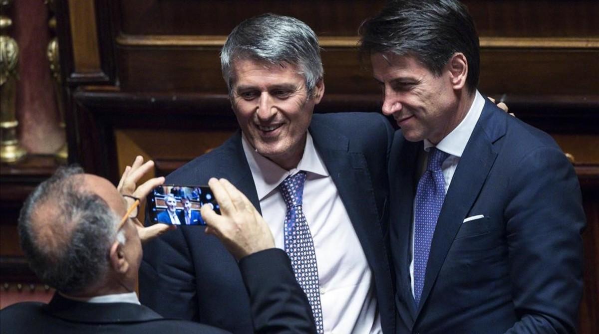 Varios senadores se toman una fotografía con Giuseppe Conte (derecha).