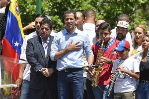 Juan Guaiadó, presidente interino de Venezuela en un evento masivo.