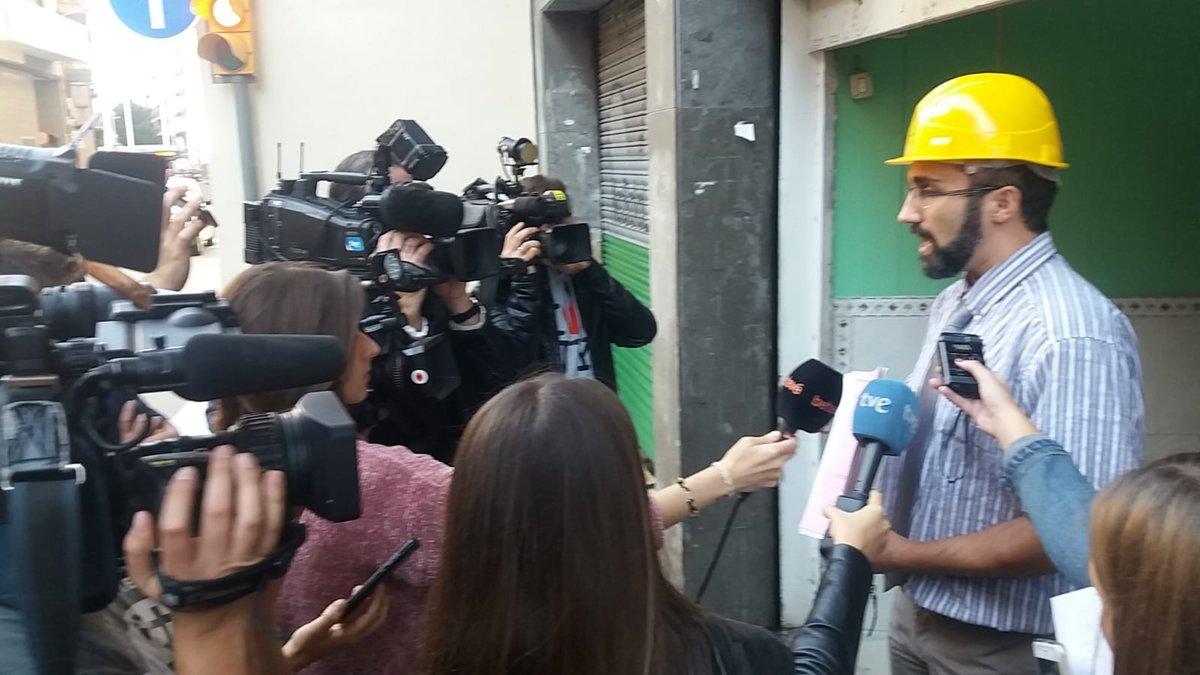 Un responsable de la promotora de pisos colmena atiende a los medios.