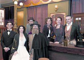Fran Perea, Laia Marull, Pere Ponce, Luis Zahera, Sílvia Quer, Míriam Iscla y Pau Durà, en el rodaje del telefilme sobre Margarita Xirgu.
