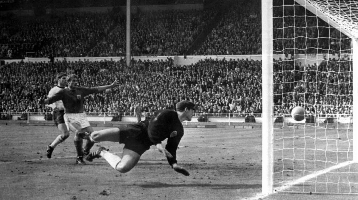 El portero alemán Hans Tilkowski observa cómo el balón bota en la línea tras el disparo de Hurst.