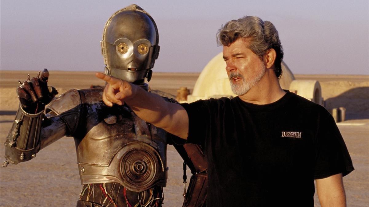 George Lucas da instrucciones a Anthony Daniels, el intérprete del robot C-3PO, en el desierto de Túnez, durante el rodaje de'La guerra de las galaxias. Episodio IV: Una nueva esperanza'.