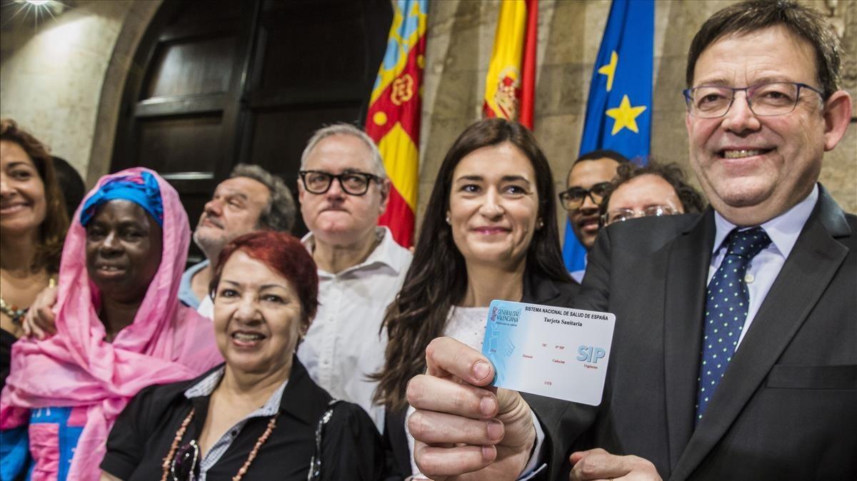 El presidente valenciano presenta la tarjeta sanitaria universal, en el 2015.