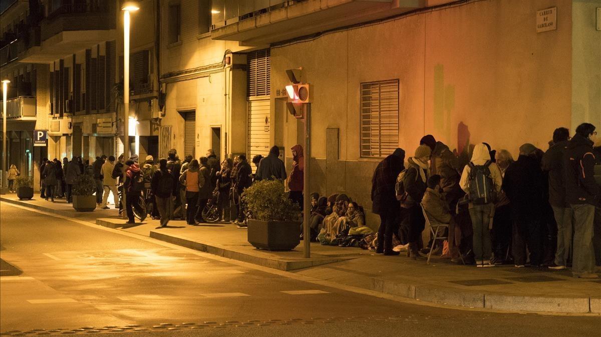 Colas en Barcelona para obtener el certificado de antecedentes penales, en el 2016.