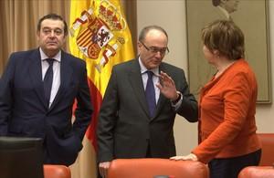 El gobernador del Banco de España, Luis Maria Linde, conversa con la presidenta de la Comisión del Pacto de Toledo, Celia Villalobos, en febrero.