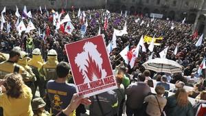 Milers de persones clamen contra la política forestal de la Xunta
