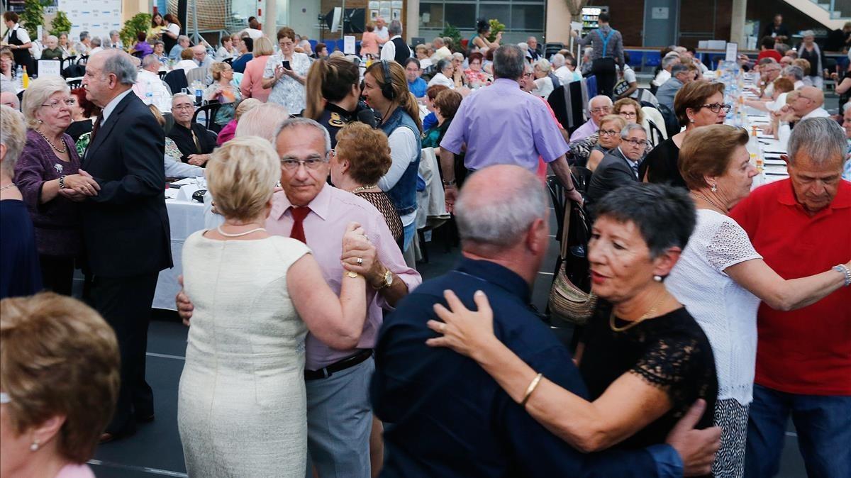 Durant lacte, les parelles van ballar i gaudir de la celebració.
