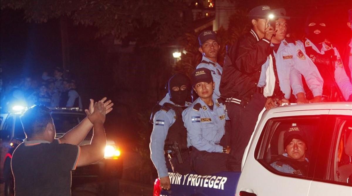 Vecinos de Tegucigalpa aplauden al paso de policías que se niegan a aplicar el estado de emergencia.