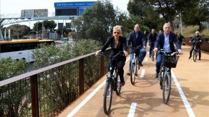 Pilar Díaz y Antoni Poveda circulan por el nuevo carril bici.