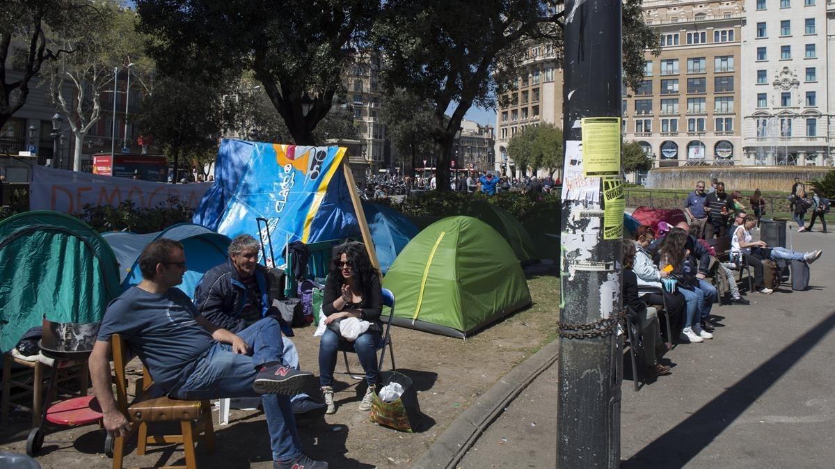 Acampada de personas sin hogar en la plaza de Catalunya.