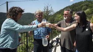 La consellera de Agricultura, Teresa Jordà (izquierda), brinda con leche recién ordeñada con los ganaderosde Mas El Lladré y Mas Pujol.