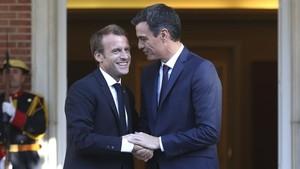 El presidente del Gobierno, Pedro Sánchez, recibe en la Moncloa a su homólogo francés, Emmanuel Macron.