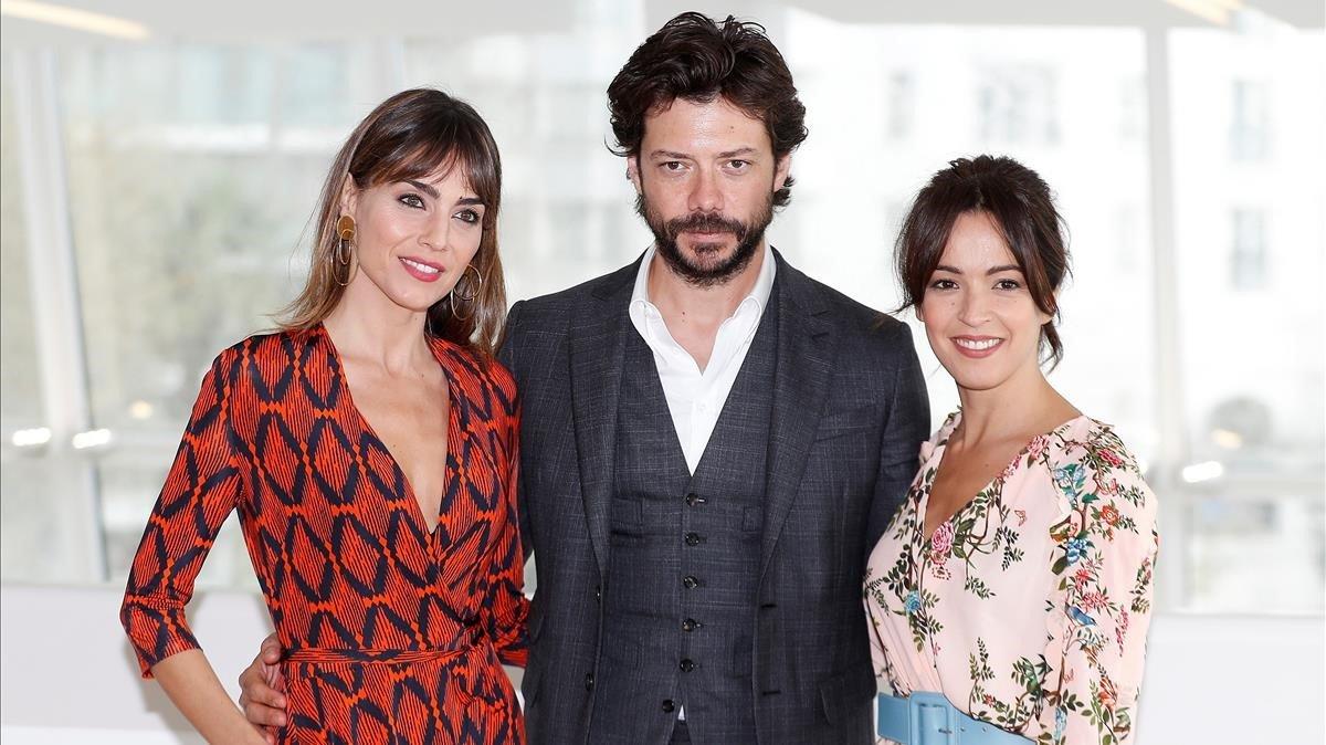 Los actores Irene Arcos, Álvaro Mortey Verónica Sanchez, en la presentación en Cannes de la serie de Movistar+ 'El embarcadero'.