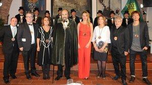 Leopoldo Pomés, con la capa de Cofrade de Honor de la Cofradía del Cava Sant Sadurní, rodeado de los Cofrades de Mérito.