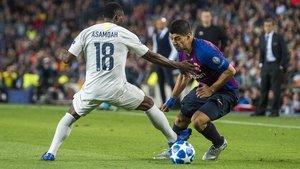 Ataque de Suárez sobre Asamoah durante el Barça-Inter (2-0).