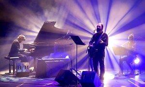 Jota, en un momento de la actuación de Los Planetas en el Auditori.