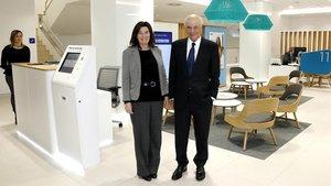 Francisco González, presidente del BBVA, con Cristina de Parias, directora de BBVA España, en la nueva oficina de Badalona.