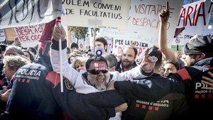 Metges de Catalunya en una concentraciónmédica delante del Parlament.