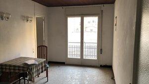 El salón del piso, como se decía antes, para entrar a vivir, o sea, reforma más que aconsejable.