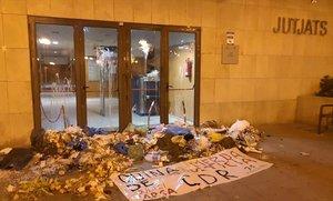 Juzgados de Gavà, con porquería en sus puertas tras la acción del los CDR el lunes 4 de febrero.