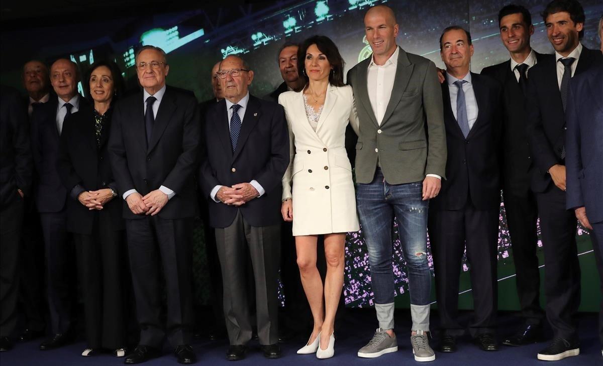 Los Zidane y Florentino Pérez, acompañados por directivos y exjugadores del Madrid.