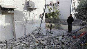 Un hombre observa los restos de una casa alcanzada por los cohetes en Ashkelon, al sur de Israel.
