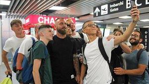 Daniele De Rossi, rodeado de hinchas antes de volar de Roma a Buenos Aires.