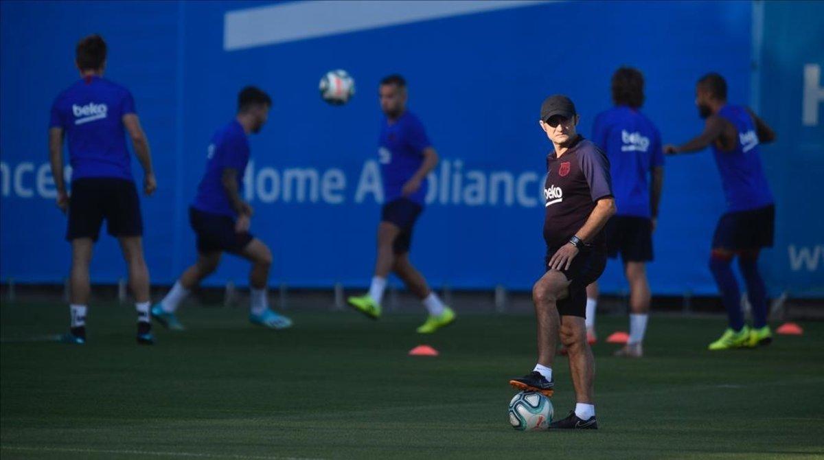 Ernesto Valverde, en un momento del entrenamiento en la Ciutat Esportiva Joan Gamper.