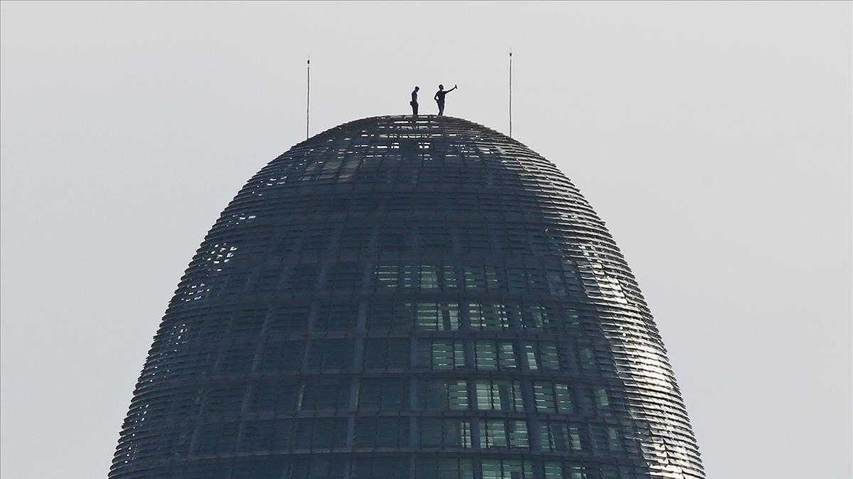 Dues persones escalen la torre Glòries de Barcelona i es fan un 'selfie'