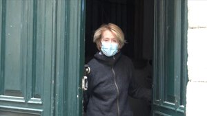 Esperanza Aguirre, protegida por una mascarilla, tras recibir el alta y confirmar que ya no padece coronavirus.